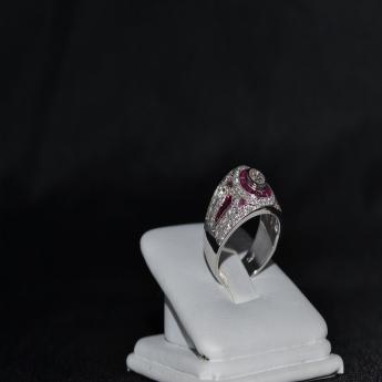 Anello in oro bianco con diamanti e rubini