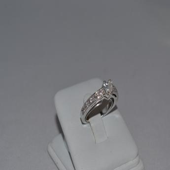 Anello in oro bianco con diamante taglio a cuore