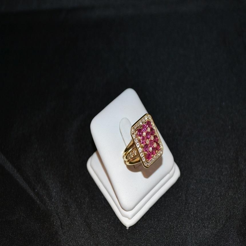 Anello in oro giallo con diamanti e rubini