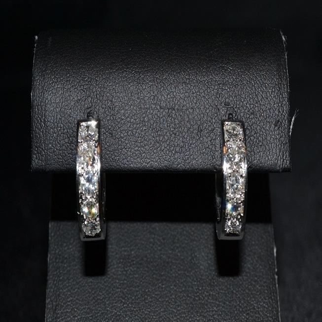 Orecchini in oro bianco a cerchio con diamanti