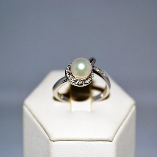 Anello in oro bianco con diamanti e perle